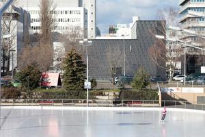 Blick über das Erika-Heß-Eisstadion auf das neue Umspannwerk. Im Hintergrund das Gelände der Bayer-Industrie<br />