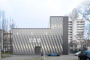 (Süd)Ansicht Parkplatz. Hinter dem Neubau, über die Sellerstraße hinweg die Bebauung des Bayer-Geländes<br />