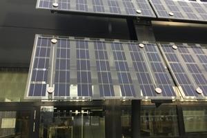 Die teilweise semitransparenten Module dienen auch als Sonnenschutz