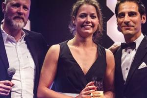Carlijn Timmermans erhält als beste Newcomerin den Professional Lighting Design Recognition Award 2017