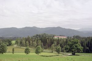 Ausgezeichnet: Die Hofstelle Karpfsee liegt auf einer Geländekuppe im oberbayrischen Voralpenland