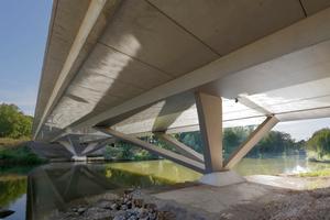 Bleichinselbrücke Heilbronn mit der raffinierten Knotenkonstruktion zur Bündelung der Stützen