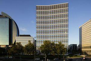 Der St Martin Tower gliedert sich trotz aller Eigenständigkeit in die Skyline Frankfurts ein