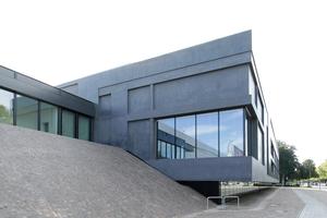 Fuge Altbau / Erweiterung des Museums. Hier auch wohl der Zugang zum Vortragssaal im Altbau