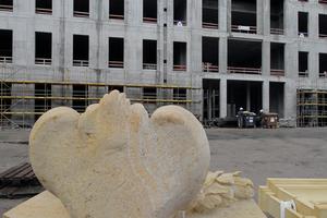 Angemessen? Oder nicht: Natursteinklinker-fassade vor 100000m³ Betonschloss in Berlin