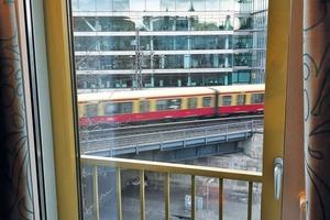 Blick aus einem Hotelzimmer auf eine unmittelbar am Gebäude vorbeifahrende S-Bahn. Der Schallschutz wird hier über eine Kastenfensterkonstruktion und eine zentrale Lüftungsanlage gewährleistet.<br />