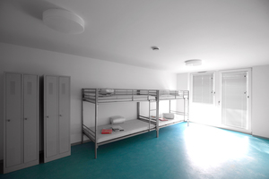 v.l.: Erweiterungsmodul für Familien, bewegter Laubengangraum, im Gelände in der Höhe wie der Längsachse gestaffelt, Laubengänge als Südbalkone