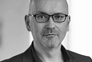 <p><strong>bogevischs buero<br />Rainer Hofmann</strong></p><p><br />Nach Diplom an der TU München 1993 und Master Degree an der Iowa State University arbeitete er in verschiedenen Londoner Büros und lehrte u.a. an der AA. Seit 1996 ist er mit Ritz Ritzer Geschäftsführer von bogevischs buero.</p>