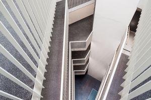 Auch die Treppenhäuser, weiträumig und luftig angelegt, ermöglichen als Kommunikationsräume Begegnungen und Kommunikation