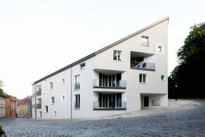 An der Stelle, wo sich früher ein Brauereigebäude befand, entstand das Wohngebäude, das sich nicht an die anschließende kleinteilige Bebauung anpasst, sondern mit dem gegenüberliegenden, denkmalgeschützten Sudhaus eine Torsituation zum Schlossberg schafft