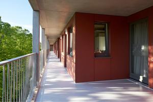 Die Laubengänge weiten sich in regelmäßigen Abständen auf und bieten so geschützte privatere Außenräume vor den Wohnungseingängen