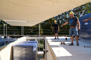 """Vorgefertigte Holzdecken, Wohnungstrennwände und Außenelemente aus Holz sowie vorinstallierte Fertigbäder kombiniert mit """"just in time"""" angelieferten Betonfertigteilen für die Laubengänge ermöglichten den schnellen Baufortschritt"""
