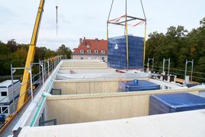 In einem ausgeklügelten Taktverfahren wurden die vier Stockwerke in mehreren Abschnitten hochgezogen. So betrug die Bauzeit nur sieben Monate