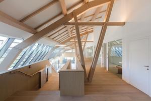 Die moderne Interpretation klassischer Zimmermannsarbeit prägt das gesamte Haus innen