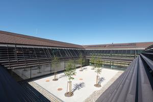 Blick in den Innenhof und auf eine gestaltete Dachlandschaft