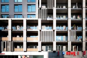 Fassadenspiel mit Materialien, Strukturen und beweglichen Elementen