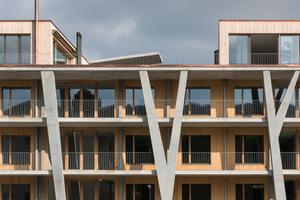 """Zu den obersten Wohnungen führt kein schützendes Dach. Architekt Peter Schürch: """"Die Bewohner sollen Wind und Wetter spüren können, wenn sie sich draußen aufhalten. Demgegenüber stehen die äußerst gut gedämmten Innenräume."""""""