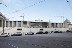 Blick über den Kupfergraben auf die beinahe fertiggestellte James Simon Galerie in Berlin