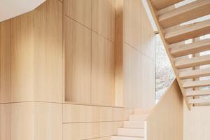 Einbaumöbel mit Treppe über zwei Geschosse<br />