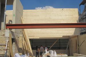 Der Altbestand wurde mit einem zweigeschossigen Holzaufbau aufgestockt.