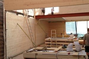 Nach verschiedenen Planungsüberlegungen fand man mit der Aufstockung und dem Aufbau durch die Holz-Konstruktion eine eindrucksvolle Lösung.<br />