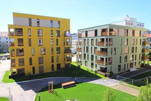 Blick ins Grüne: Rund um die Wohnhäuser im Siebenbrückenweg ist eine parkähnliche Anlage angelegt. Im Erdgeschoss wurde deshalb auf Vorgärten als Erweiterung der Terrassen verzichtet. Alle Bewohner genießen so den Vorteil einer begrünten Wohnumgebung.