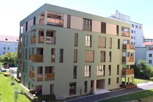 Fassade Haus II: Entgegen ideenloser Hochhaus-Landschaften: Die Fassaden der fünf Wohnhäuser im Siebenbrückenweg sind in verschiedenen Farben gestaltet, die harmonisch aufeinander abgestimmt sind. Zur Abrundung des Gesamteindruckes tragen die Brüstungselemente der Balkone aus bedrucktem Glas bei.<br />