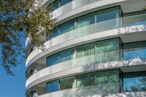 Weißer Solitär mit Alsterblick  Qualität, Beständigkeit und Formbarkeit sowie die Genauigkeit der Radien überzeugte die Architekten von den Keramikplatten. Der matte Glanz der strahlend weißen Glasur erzeugt spannende Reflexionen und steht für den hohen Qualitätsstandard des Fünf-Sterne-Superior-Hotels. <br />