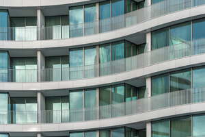 Weißer Solitär mit Alsterblick Die Fassade eine maßgeschneiderte Sonderanfertigung: Konkav oder konvex – sind die Moeding Keramikplatten in acht verschiedenen bis zu 22 m großen Radien geformt. <br />