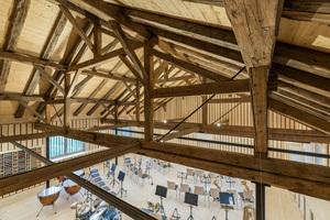 Unter dem offenen Dachstuhl hat die Musikkapelle ihren Proben- und Aufführungsraum.<br />