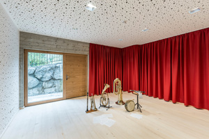 Der Probenraum für die Musikkapelle wird, ebenso wie die Kinderkrippe über einen eigenen Zugang erschlossen. Akustikplatten an den Wänden sorgen dafür, dass die anderen Nutzer nicht zu sehr gestört werden<br /> <br /> <br />