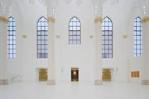 Der zentrale Kirchenraum kann seine ursprüngliche Raum- und Tageslichtsituation bewahren. Das Kunstlichtkonzept soll die Kirchendecke entmaterialisieren