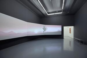 """Blick in einen Ausstellungsraum mit der 10-minütigen Medieninstallation """"The End of Carrying All"""" von der kenianischen Künstlerin Wangechi Mutu"""