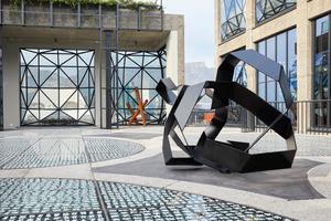 Der Skulpturengarten besitzt einen Glasboden, durch den Tageslicht in das Atrium fällt. Das aufgedruckte Muster stammt vom Künstler El Loko, die Skulpturen von Kyle Morland. Durch die Fenster haben die Besucher einen spektakulären Blick über die Stadt bis zum Tafelberg