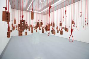"""Ein anderer Ausstellungsraum mit einer raumgreifenden Installation """"Hanging Piece"""" des Johannesburger Konzeptkünstlers Kendell Geers"""