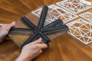 Anhand von parametrischen und realen Modellen entwickelten die Planer die Knotenpunkte der Fensterrahmen. Ziel war es, die Rahmen möglichst schmal zu konstruieren