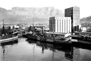 Ein Bild aus Zeiten, als in dem Silo noch Getreide sortiert und gelagert wurde, bevor man es mit Schiffen weitertransportierte<br />