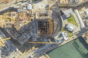 Das Luftbild aus der Bauzeit zeigt die kompakt aneinander stehenden Siloröhren und die Dimensionen des Gebäudes