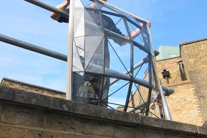 Ein Mock-Up von einem der gewölbten Glasfassadenelemente. In Realität sind die einzelnen Elemente ungefähr fünfmal so groß