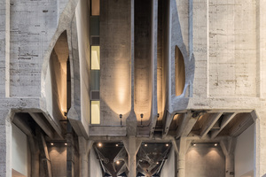 Blick in die aufgeschnittene Betonkonstruktion am Eingang. Am Boden misst die Betonkonstruktion bis zu 1,5m