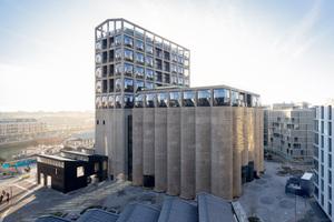 Das ehemalige Silo im Hafen von Kapstadt beherbergt heute ein Kunstmuseum und ein Hotel. Die Sammlung moderner afrikanischer Kunst befindet sich in den unteren Ebenen hinter der geschlossenen Betonfassade, das Hotel im Turm mit Rasterfassade<br />