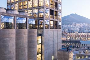 In der Dämmerung und bei Nacht sind die gewölbten Glasfassaden weithin sichtbar über der Stadt. Dabei wirkt der Hotelturm in der Skyline wie eine Laterne