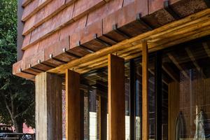 Die vertikalen Eichenholzlamellen vor den Fenstern sind so aufgehängt, dass sie sich von Hand bewegen lassen. Ihre goldgelbe Farbe entsteht durch farblosen, mit Leinöl verdünnten Kiefernholzteer