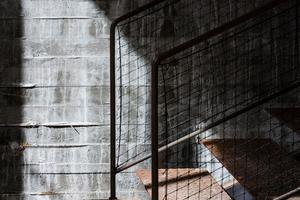 Betonwände und eine Eisentreppe rahmen die freigelegten historischen Mauerreste und machen ihnen keine Konkurrenz