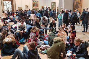 Auch in Ausstellungsräumen von Museen ist mit der gleichzeitigen Anwesenheit vieler Menschen zu rechnen; hier im Louvre Paris
