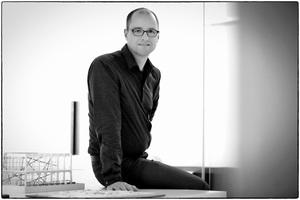 """<div class=""""autor_linie""""></div><h2>Autor</h2><div class=""""autor_linie""""></div><div class=""""freitext""""><span class=""""kastentext_hervorgehoben"""">Henning Meyer,</span> geb. 1967, studierte Architektur an der Universität Stuttgart. Danach arbeitete er im Büro Asymptote/New York und bei HGMerz in Stuttgart (Neukonzeption des Mercedes-Benz Museums). 2000 gründete er mit drei Partnern das Büro SPACE4, das seitdem über 200 Museums- und Ausstellungsprojekte realisierte. U.a. war er für das Schiller-Nationalmuseum (Marbach), die Ausstellung Weltwissen (Gropiusbau Berlin), das LWL-Museum für Kunst und Kultur (Münster) und das Museum Judengasse (Frankfurt) tätig. Daneben lehrt Meyer Architektur und Museologie in Stuttgart, Innsbruck und Würzburg.</div><div class=""""autor_linie""""></div><div class=""""freitext"""">Mehr Informationen: <a href=""""http://www.space4.de"""" target=""""_blank"""">www.space4.de</a></div>"""