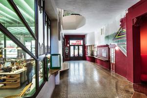 Im Foyer: links Restaurant und kleiner Verkauf, rechts Verwaltung