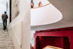 Zentrales, tageslichthelles Treppenhaus. Die meisten Oberflächen kommen aus dem Bestand