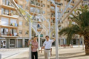 <p><strong>Flores &amp; Prats Arquitectes</strong></p><p></p><p>Flores &amp; Prats, Barcelona/ES, arbeiten im Spannungsfeld von Theorie und Lehre auf der einen und Entwurf und Bauen auf der anderen Seite. Ricardo Flores und Eva Prats arbeiteten bei Enric Miralles und Carme Pinos, hatten anschließend eigene Büros, bevor sie 1998 Flores &amp; Prats Arquitectes gründeten. Beide teilen sich einen Lehrstuhl an der ETSAB in Barcelona und werden immer wieder für Gastprofessuren angefragt. Ihre Arbeiten sind vielfach ausgezeichnet, werden ausgestellt und regelmäßig international publiziert. Der Schwerpunkt ihrer Arbeit liegt in der Umnutzung von Bestandsbauten. Hierbei sind Stichworte wie as found, Partizipation, nachbarschaftlicher Kontext etc. wesentlich für ihre Planungen und Entwürfe. Sie nutzen unterschiedliche Medien, um ihre Ideen vom angemessenen Bauen publik zu machen. Dazu gehören neben zahlreichen Büchern auch digitale Arbeiten und der Film.</p>