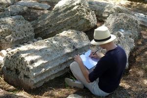 Student der Historischen Bauforschung dokumentiert Säulenfragmente